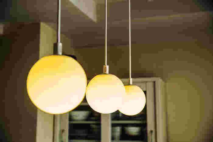 テーブル上の照明は無印良品のもの。ライト部分はゴムなので地震が来ても安心