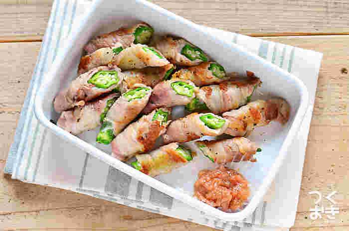 人気の豚肉の野菜巻きをオクラで作る常備菜です。オクラの食感と豚バラのおいしい脂はお箸が止まらなくなる味。半分にカットして保存しておけば、盛り付けるだけでOKな点も良いですね。豚バラ肉は冷めると脂が固まるので、レンジなどで温め直すのがおすすめです。