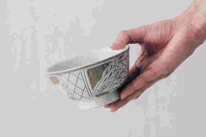 こちらは同じ魚紋線彫シリーズのマカイ(お椀)です。魚をモチーフにした魚紋線彫シリーズは、育陶園の職人さんが一人で作っているため生産数が限られており、年に数回しかオーダーできない貴重な器です。職人さんがひとつひとつ丹精込めて作り上げた素敵な器で、毎日の食卓をおしゃれに演出してみませんか?