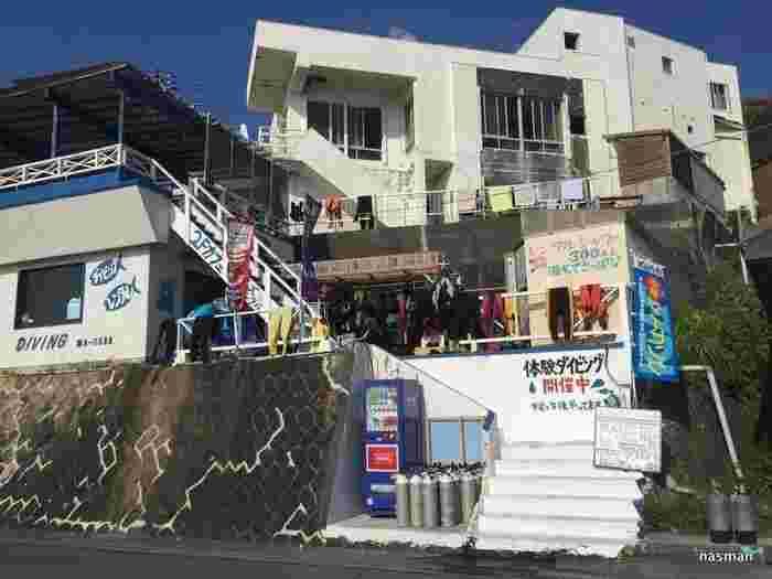 前浜海岸の目の前です。テラス席から海を見渡し昼はカフェ、夜はバーを楽しめるお店。1Fがダイビングショップ。神津島でダイビングをするならティアーズブルーに行ってみてはいかがでしょうか?