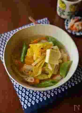 茹でておいた素麺に、炒めた野菜と鶏ガラスープの素で作ったスープをたっぷりかけるだけの簡単にゅうめん。仕上げにバターを添えて♪