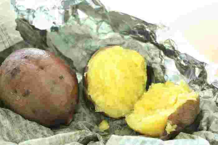 ほくほくに焼けたサツマイモです。焚き火を囲んでフーフーしながらいただきます。