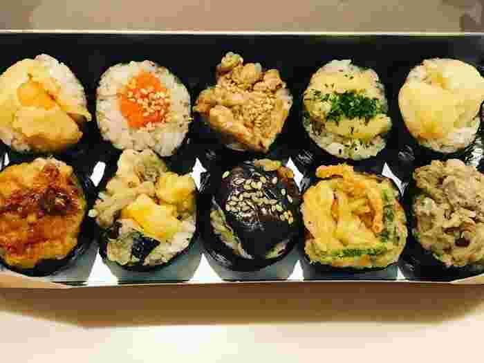 少し塩気のあるごはんに、天ぷらがちょこんとのっていてかわいらしい見た目が特徴。定番のえび天やいか天のほか、ナスやまいたけなど種類が豊富で、大勢が集まる日のおもてなしやちょっとした差し入れにも喜ばれますね。