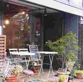 新宿御苑の目の前にある、落ち着いた隠れ家カフェです。目印はテラスと黒板。新宿駅からしばらく距離がありますが、お散歩気分で訪れてみては?