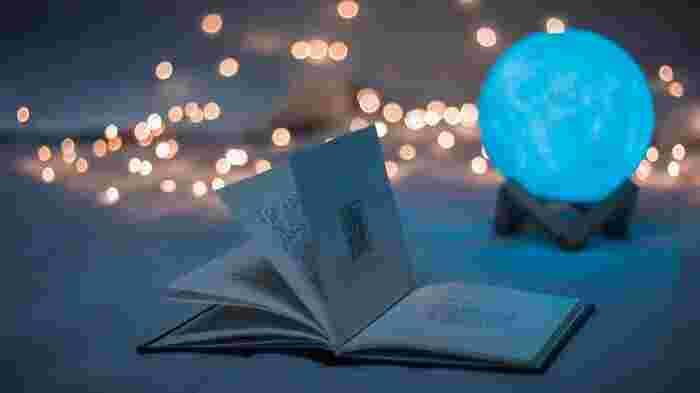 なんだか投げやりになった日、ゆったりリラックスできる時間をつくって、気の向くままに、そっと本を開いてみてください。  最初から順番に・・・なんて真面目に考えなくても大丈夫。たまたま目にしたそのページにある言葉は、きっとあなたに必要だからこそやってきてくれた言葉ですよ。