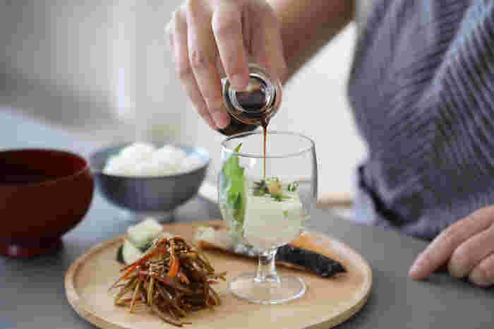 <ガウディ(Gaudi)>のワイングラスは、小ぶりで丈夫、背が低く倒れにくいため器としても使いやすいデザイン。オードブルやスイーツを盛り付けて、レストランのように楽しめます。