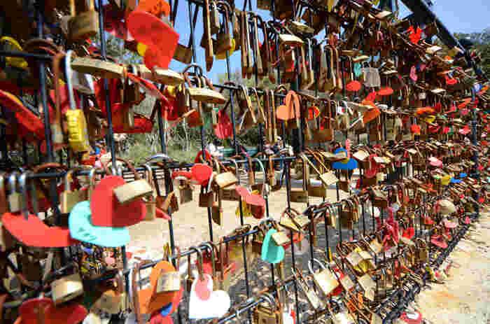 南京錠は、入口で購入でき鐘の周りの金網につけるのがお約束。ある程度数が増えると、江島神社が回収し恋愛成就の祈願をしてくれますよ。