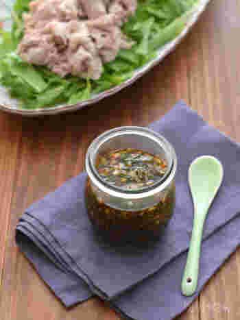 茗荷や大葉、長ネギと醤油、みりん、酢を混ぜるだけで出来上がり!お夕飯前に作っておけばみんなで『いただきます』をする頃には味も馴染んで食べ頃に。シンプルな豚しゃぶサラダのドレッシングとしたり、蒸し野菜のタレとしてもおすすめです。