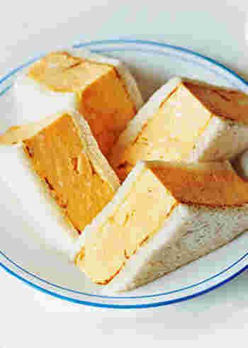 こちらは出し巻き卵が存在感たっぷりのサンドイッチ。からしマヨネーズを使うことでピリッとアクセントが効いた大人向けとなっています。
