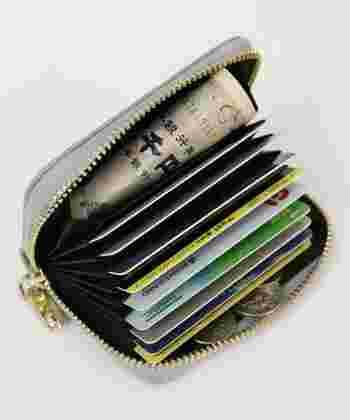 中身はというと、たくさんの収納ポケットが。最大24枚以上のカードが収納可能です。お札は折る必要がありますが、ぱっと見でお札の種類が判別できますね。また、小銭に関してもファスナー部分が滑り落ちるのを防いでくれますし、取り出しやすいでしょう。