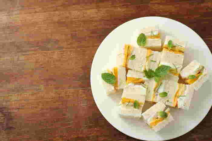 トロピカルカクテルをイメージしたモヒート風。パンにマスカルポーネクリームを塗り、ラム酒・ライム果汁・ミントなどとともにマリネした南国フルーツをサンドしています。
