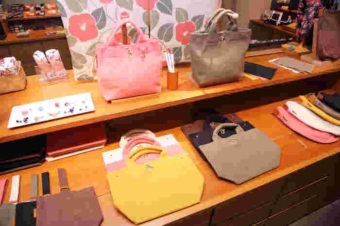 """ナチュラルでシンプルなバッグに出会える場所が""""鎌倉帆布巾""""。一つのバッグは、一人の職人が最初から最後まで担当するのだそう。その分、愛情もたっぷり。丈夫な帆布のバッグ、長く愛用できそうですね。"""