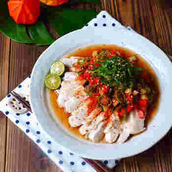 夏野菜の彩りが華やかな、野菜たっぷり南蛮ソース。手間がかかるように見えますが、ポン酢ベースで作れてレンジ調理のみなので、かなりお手軽。一皿で野菜もたっぷり摂ることができますよ。