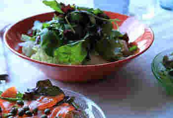 ボウルはサラダにもぴったりですね。赤と緑のコントラストがなんだか新鮮!