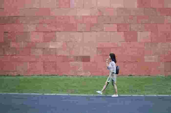 これから始める人はジョギング・ウォーキング・軽めの筋トレなど、負荷の小さい運動を少しずつ始めるのが◎。これから運動を始める!というと、とてもハードルが高いように感じますが、1日の間のどこかのタイミングで身体を動かすということを一度習慣づけると、無理せず楽しみながら続けられるようになりますよ。