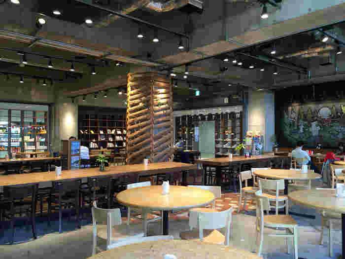 店内のコンセプトや装飾作りには、環境学部の学生もに参加しました。間伐材を使ったメインテーブルや、ストロー素材を活かしたテーブルを配置した店内は、大きな窓から入ってくる風も相まってオープンカフェのような雰囲気。
