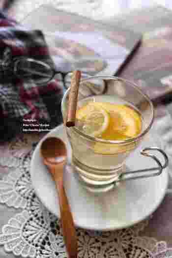 ホットワインと言えば赤のイメージが強いですが、白ワインで作っても美味しいですよ♪ハチミツまたはキビ砂糖とレモンやオレンジなどの柑橘を合わせ、お好みでシナモンを少々。心も体もポカポカと癒されるカクテルです。