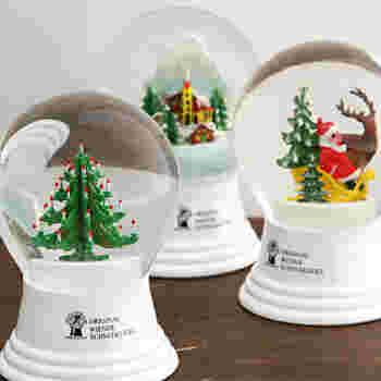 スノードームはクリスマス感溢れるオブジェ。小さなツリーのほか、サンタとトナカイなどクリスマスムードをギュッと閉じ込めた世界が楽しめます。