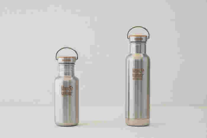 ステンレス製のボトルの蓋は竹製のキャップという組み合わせ。くるりとついた取っ手が何だかおしゃれで便利そうです。