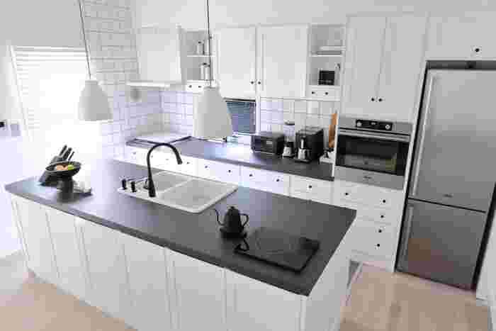人気のアイランドキッチンですが、同じく家電を背面カウンターに置き、作業台も広いスペースを取られています。色もブラックとシルバーで統一されていてスタイリッシュですね。また、奥行きがあり家電の手前にもスペースがあるので、食器を置いての作業もしやすそう。