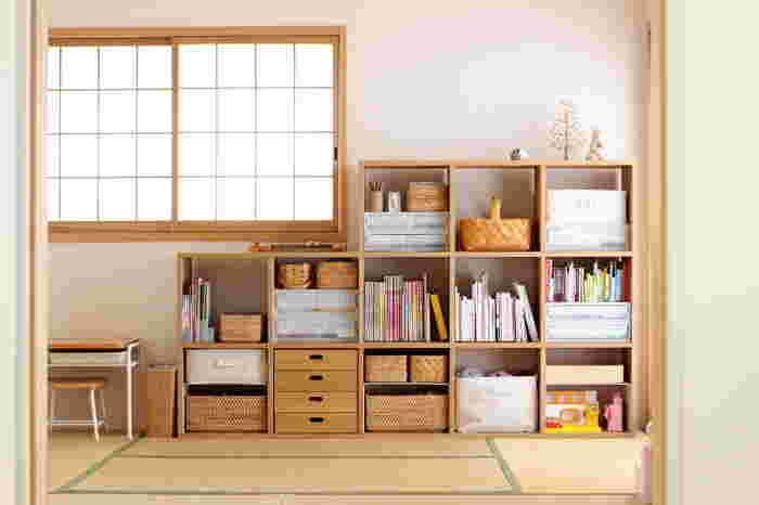 小さい時はおもちゃ、小学生になったら学習用品と、年齢に上がるにつれ収納するモノも変わります。収納するモノに合わせて収納棚や収納グッズを買うと、その都度買い換えなければいけません。形を変えられる、大人になっても使える収納家具を選ぶことで長く使うことができます。  また子どものおもちゃは減らさなければ、増えていく一方。子どもの収納スペースを決めて「ここに入る分だけね」とルール作りも必要。たくさんおもちゃがあっても、案外使うおもちゃは決まっていたりします。持ち物を自分で管理できる量にすることで、お片づけもしやすくなりますよ。