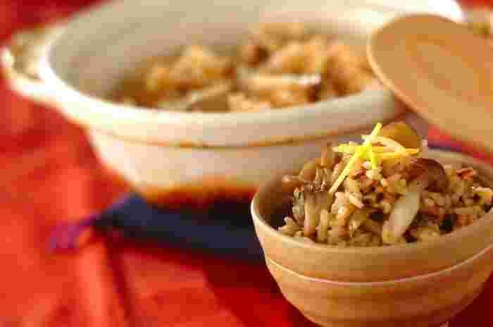 かつお節とキノコのダシのうま味が広がるキノコの土鍋炊き込みご飯は、シャキシャキっとしたキノコの食感も楽しめ、秋にぴったりのごちそうご飯です。こちらのレシピでは、しめじ、舞茸を使用していますが、お好みのキノコで作ってみてもいいですね!