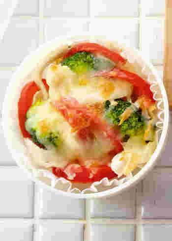 耐熱カップにブロッコリーやささみの酒蒸しなどを詰め、チーズをトッピングして焼きます。彩りもきれいな一品は、お弁当に欠かせませんね。