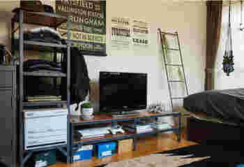 アイアンフレームがスタイリッシュなTVボードはローテーブルにも使えるデザイン。思い立ったらお部屋の模様替えも。