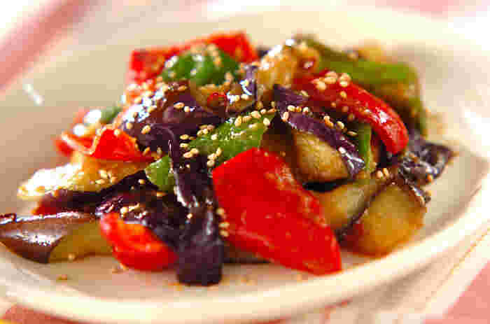 味噌の味がごま油を吸ったなすに絡み、ご飯のお供として最適です♪赤ピーマンを加えれば見た目も華やか!もちろん緑のピーマンだけでも美味しく作れますよ*