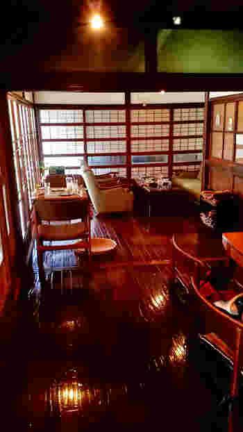 艶々の床が印象的な店内は、昭和の面影が漂います。ソファやテーブルもセンスが良く、居心地の良さ満点です。