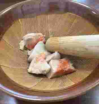 主な産地は、茨城県や山口県の下関市など。産地ではあんこう鍋で食べることが多く、また青森・下北などでは身と肝を和えた「ともあえ」などの郷土料理に使われます。
