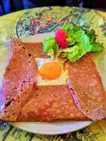 """ハム、チーズ、卵を包み込んだ蕎麦粉のクレープ「ラ・コンプレット」(""""完璧""""の意)は、店を代表をするひと皿。"""