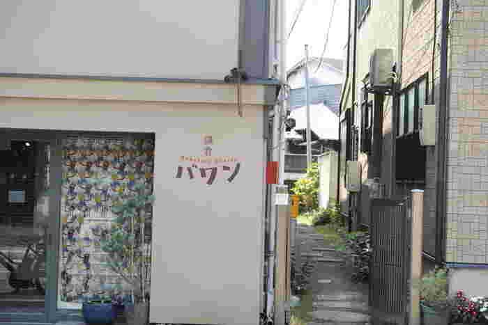 鎌倉駅から長谷寺へと向かう由比ヶ浜通りは、密かなカレーの激戦区。こちらの「鎌倉バワン」は和田塚駅近くに位置し、週末はいつも行列ができている人気店です。