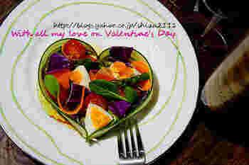 なんておしゃれなハートのサラダ。きゅうりのスライスでハート型を作り、そのほかの野菜を詰めます。彩りも美しく、バレンタインディナーの始まりにふさわしいサラダです。