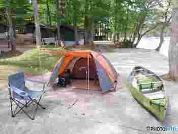 他のキャンパーと適度な距離を保ちたい場合は、テントを張るスペースが区切られている「区画サイト」を利用するのもおすすめです。自分だけの空間を守ることができますよ。