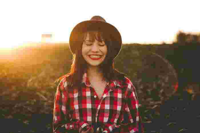 毎日ストレスなく笑えていますか?もし、最近笑っていない…という方がいたら、口角だけでも上げてみましょう。それだけでも脳は錯覚を起こして幸せな気分になるそうです。