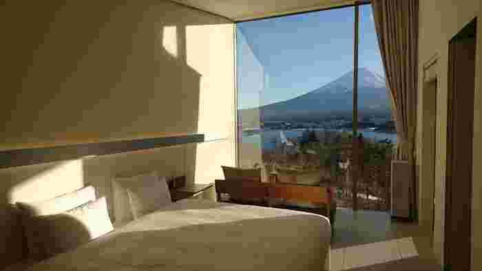 ウェルカムドリンクをいただいて、いよいよ部屋へ。富士山に面した純白でミニマムな室内にはテレビもなく、自然と向き合って過ごす澄み切った時間を約束してくれます。窓の外にはテラスがあり、冬は炬燵で暖まりながらゆったりと富士山を眺められます。