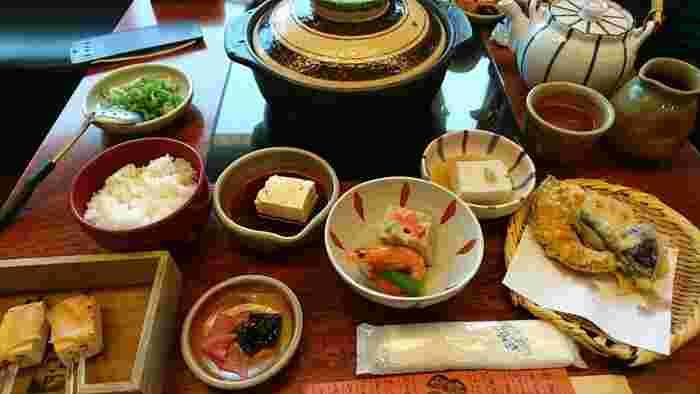 「清水順正おかべ家」は、清水坂沿いの路地奥にある京町家のお店。店内は広くゆったり。リーズナブルな値段で、美味しい豆腐料理が頂けます。【画像は「ゆどうふ」の他、炊き合わせや胡麻どうふ、とうふ田楽や野菜の天ぷらがセットになった「ゆどうふ藤」。】