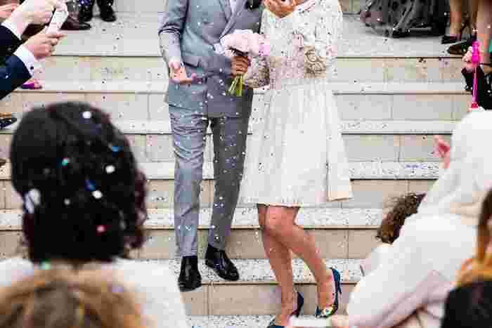 結婚式のお呼ばれ服は、通常のパーティーと違って、ちょっとした配慮が必要になります。最低限のマナーを守って、新郎新婦や親族の方々に失礼にならないTPOもバッチリなファッションで出かけましょう!