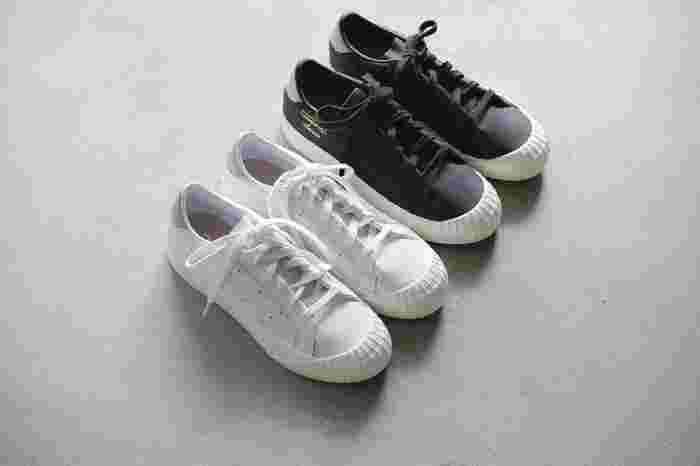 アッパーに柔らかなレザーを使ったクラシックな一足は「adidas Originals(アディダス オリジナルス)」のニューアイコン。光沢をおさえたマットな質感が大人っぽく、カジュアルはもちろんモードなコーデにも似合います。スポーツブランドなので歩きやすさ・快適さもバッチリ◎。