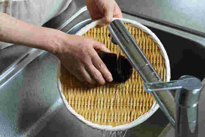 熱にも強い天然素材のザル。油汚れなどが気になったら熱湯をかけて汚れを落しましょう。ザルの編み目にスポンジが詰まってしまうことがるので、汚れを落す際はたわしなどのブラシがお勧めです。