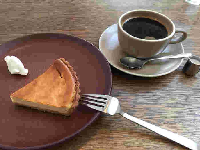 「Cafe 634」の魅力は、ケーキ、タルト、フレンチトースト等のスイーツの豊富さ。定番のベイクドチーズケーキは濃厚で滑らかな舌触りが魅力的な一品です。そのほか、季節のフルーツを使ったケーキも人気のメニュー。