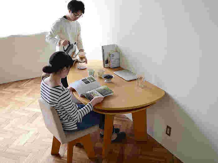 部屋の中心に置くのはもちろんのこと、直線の部分もあるから、壁に付けて配置しても雰囲気がありますね。