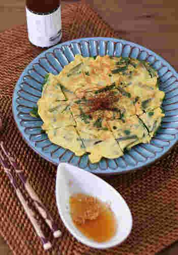 卵かけごはんなど、そのまま調味料として使用しても美味しい煎り酒ですが、煎り酒に酢、ラー油、白ごまを混ぜ、ニラチヂミのつけダレに。調味料を加減すれば、それぞれ好みの辛さの美味しいつけダレを作れて、とっても便利。