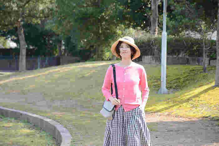 ピンクカラーのお洋服は、春気分をグッとあげてくれるアイテムです。でも可愛くなりすぎるからと、苦手意識を持っている女性も少なくありませんよね。今回は大人女子にぴったりな、ピンクを取り入れたコーディネートをご紹介します。