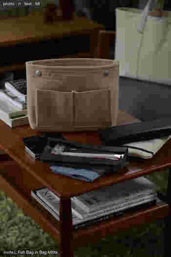 フェルト素材で自立するタイプのバッグインバッグは、とても軽く中と外に合わせて8つのポケットがあり、細々したものにも定位置を作ってあげることができます。