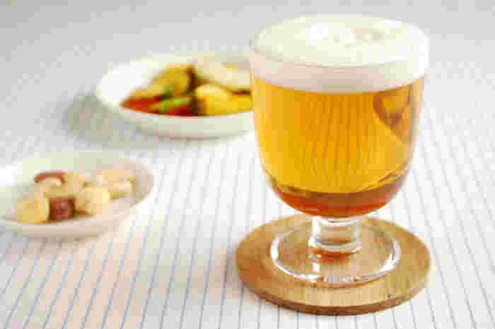 フィンランドのテーブルウェアブランドとして日本でも大人気の「iittala(イッタラ)」。こちらは脚つきタイプのグラス「レンピ」。ビール、ワイン、カクテルなど入れる飲み物を選ばない 万能なグラスです。