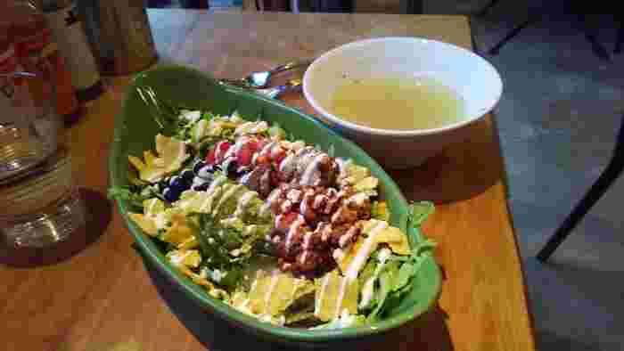 本場の中南米料理がいただけます。こちらのタコライスは、タコスミートや黒豆などにたっぷりのサルサソースがかかった1品。酸味のあるスパイシーな味が食欲をそそります。レタスやアボカドなど野菜もたっぷり。大きなプレートに盛り付けてあってもぺろりと食べられます。