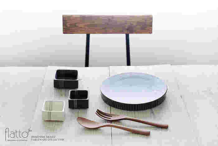 黒地に白い十草のラインを描いたデザインも展開されているので、色違いで組み合わせておしゃれなコーディネートも楽しめます。シックでモダンな雰囲気の角小鉢は、和洋どちらのシーンにも馴染むシンプルさも魅力です。お気に入りの器と組み合わせて、日々の食卓をスタイリッシュに演出してみませんか?