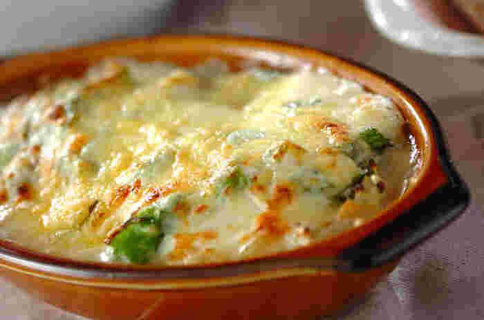 菜の花といえば、お浸しなどのイメージが強いですが、意外にもチーズとの相性が抜群。トロトロのホワイトソースが菜の花に絡まり、程よい苦みが癖になります。ワインとの相性も◎の大人のグラタンですよ♪